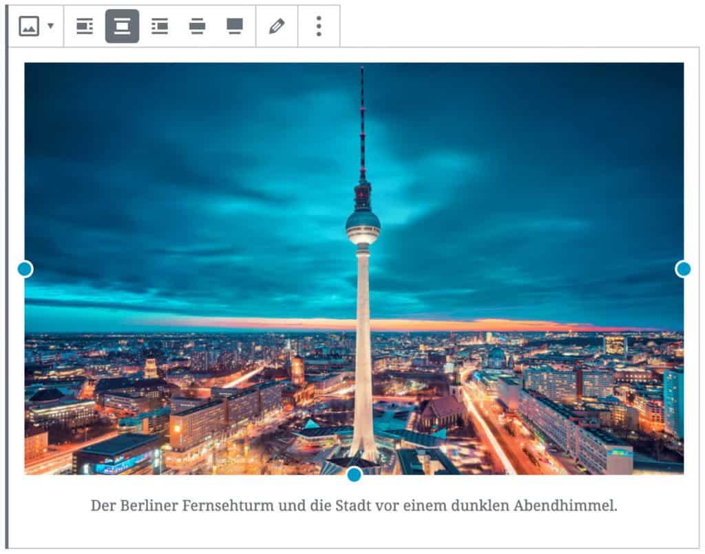 Screenshot des Bild-Blocks, nachdem ein Bild vom Berliner Fernsehturm hinzugefügt wurde. Unterhalb des Bildes befindet sich eine Beispiel-Caption.