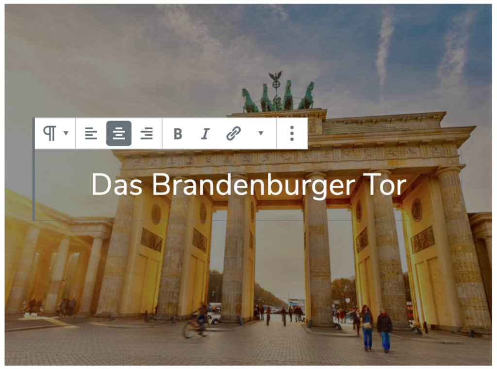 Screenshot des Cover-Blocks, bei dem der Text auf dem Cover bearbeitet wird. Es erscheint die Block-Werkzeugleiste des Absatz-Blocks.