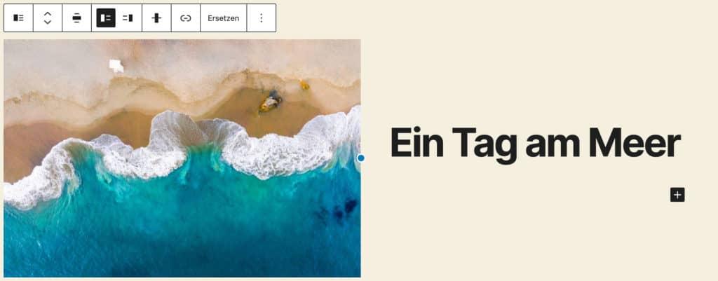 """Screenshot des Medien-und-Text-Blocks, nachdem ein Bild von einem Strand mit Meer aus der Vogelperspektive und der Text """"Ein Tag am Meer"""" hinzugefügt wurde."""