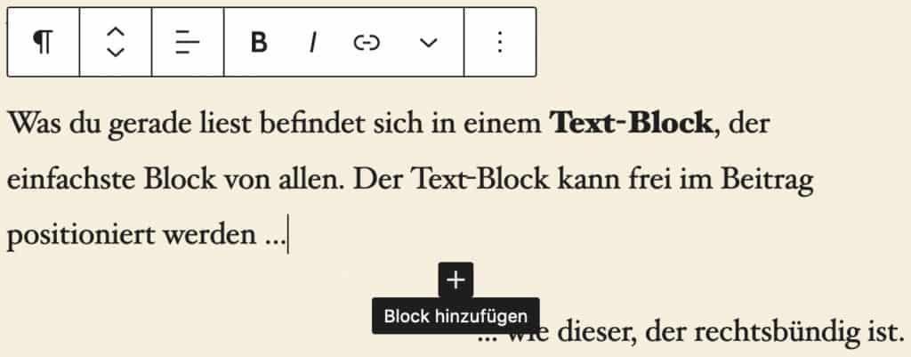 Screenshot eines Absatzes im Block-Editor, wenn die Maus mittig zum darunter liegenden Block platziert wird und der Block-Hinzufügen-Button erscheint. Ein schwarzer Button mit einem weißen Plus.